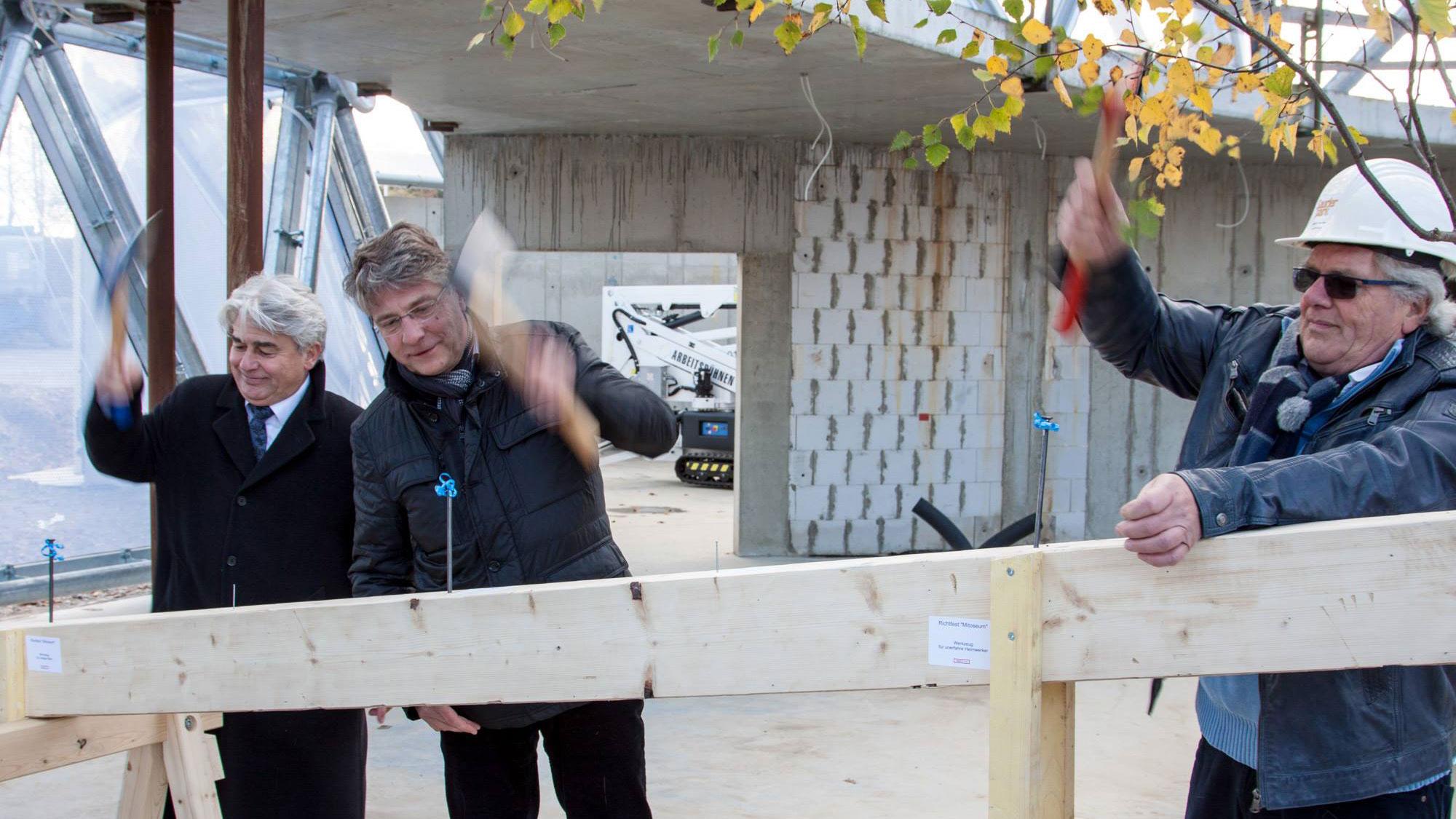 3. November 2016: Richtfest – Architekt Stefan Rimpf und Volker Bartko, Geschäftsführer der BBB, beim symbolischen Nagelschlag
