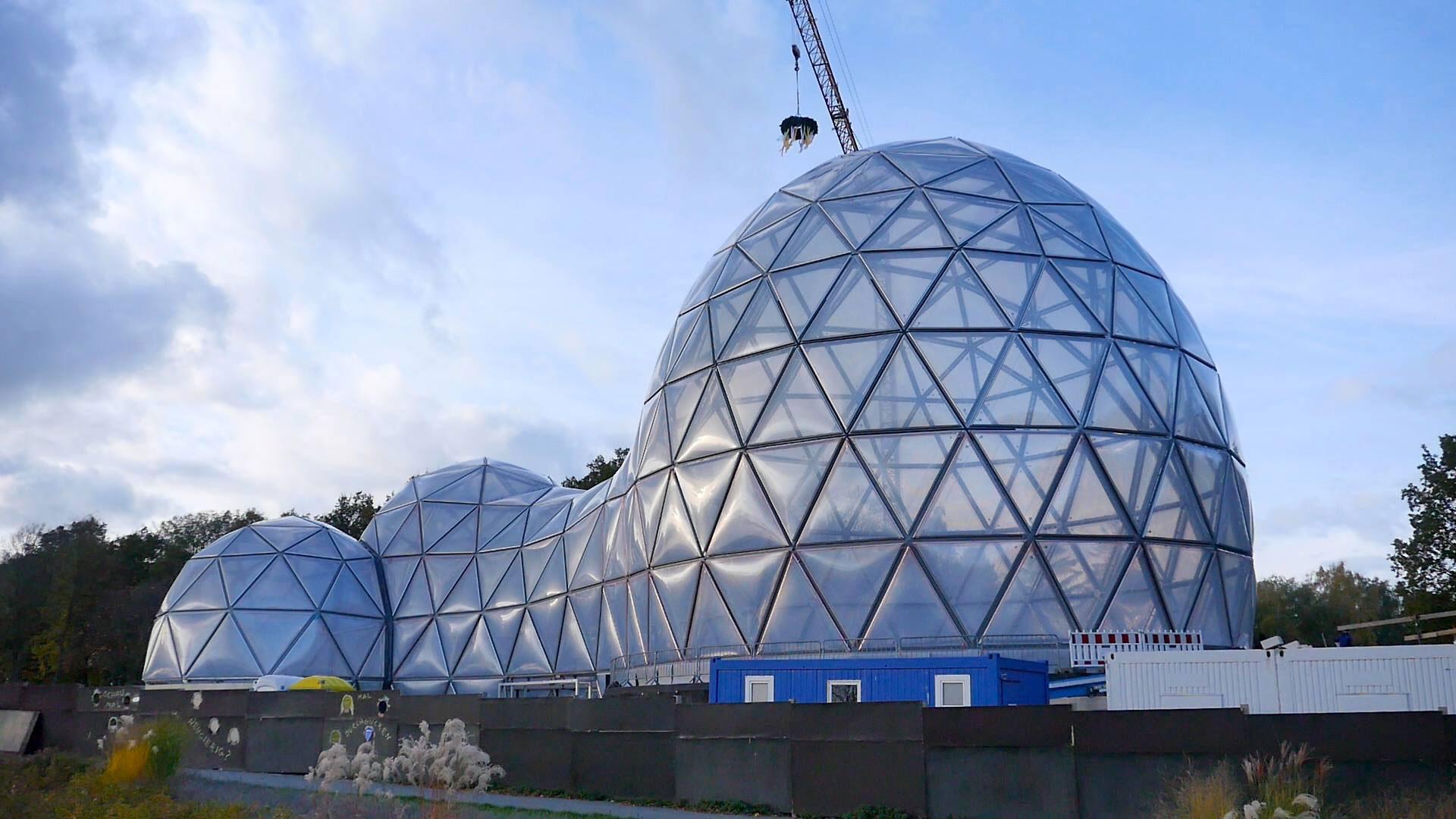 3. November 2016: Richtfest – die drei Kuppeln mit ihrer Stahl- und Luftkissenkonstruktion sind errichtet